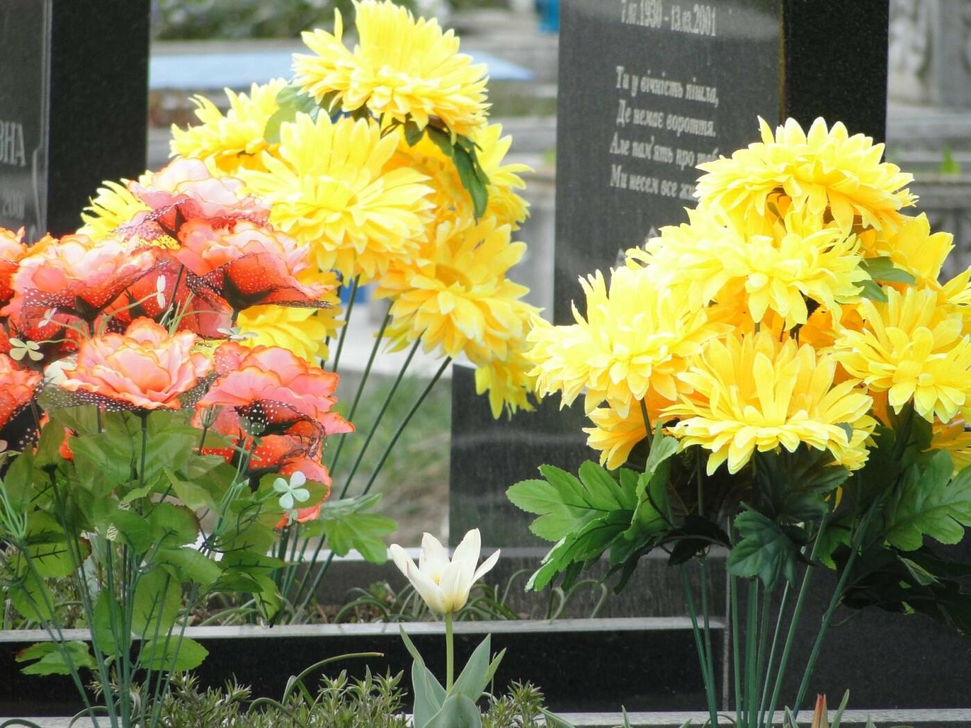 Вшанувати мертвих пам'ятаючи про живих: як виглядає хмельницьке кладовище після провідної неділі. ФОТО, фото-3