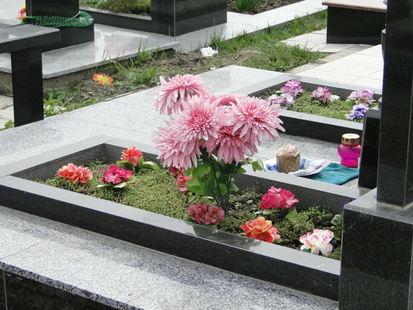 Вшанувати мертвих пам'ятаючи про живих: як виглядає хмельницьке кладовище після провідної неділі. ФОТО, фото-4