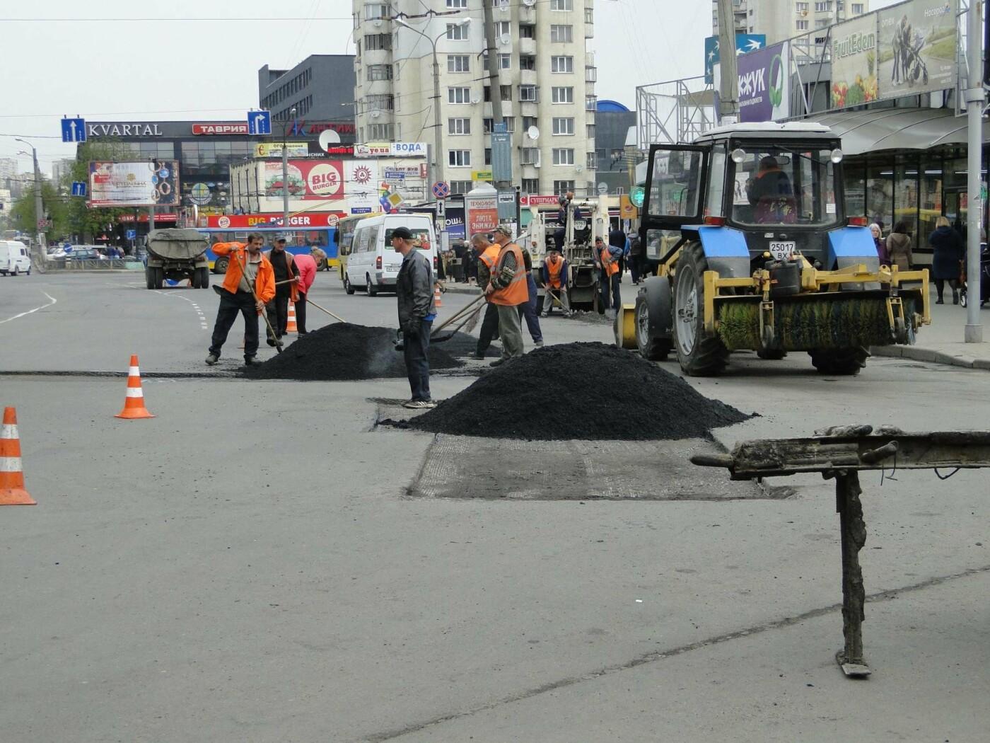 Фотофакт: дорожники «латають» асфальт біля «Либідь плази», фото-2