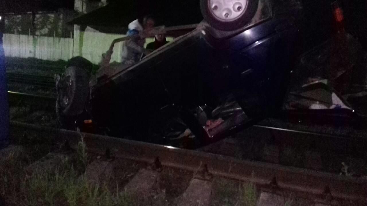 ДТП на Хмельниччині: на залізничній колії з перевернутого автомобіля надзвичайники визваляли водія. ФОТО, фото-1