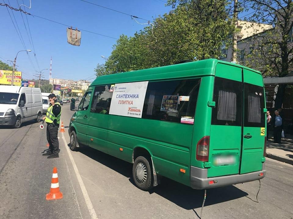 У Хмельницькому з маршрутки на ходу випала жінка, фото-1
