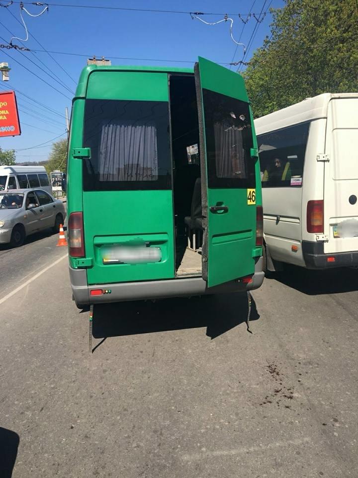 У Хмельницькому з маршрутки на ходу випала жінка, фото-2
