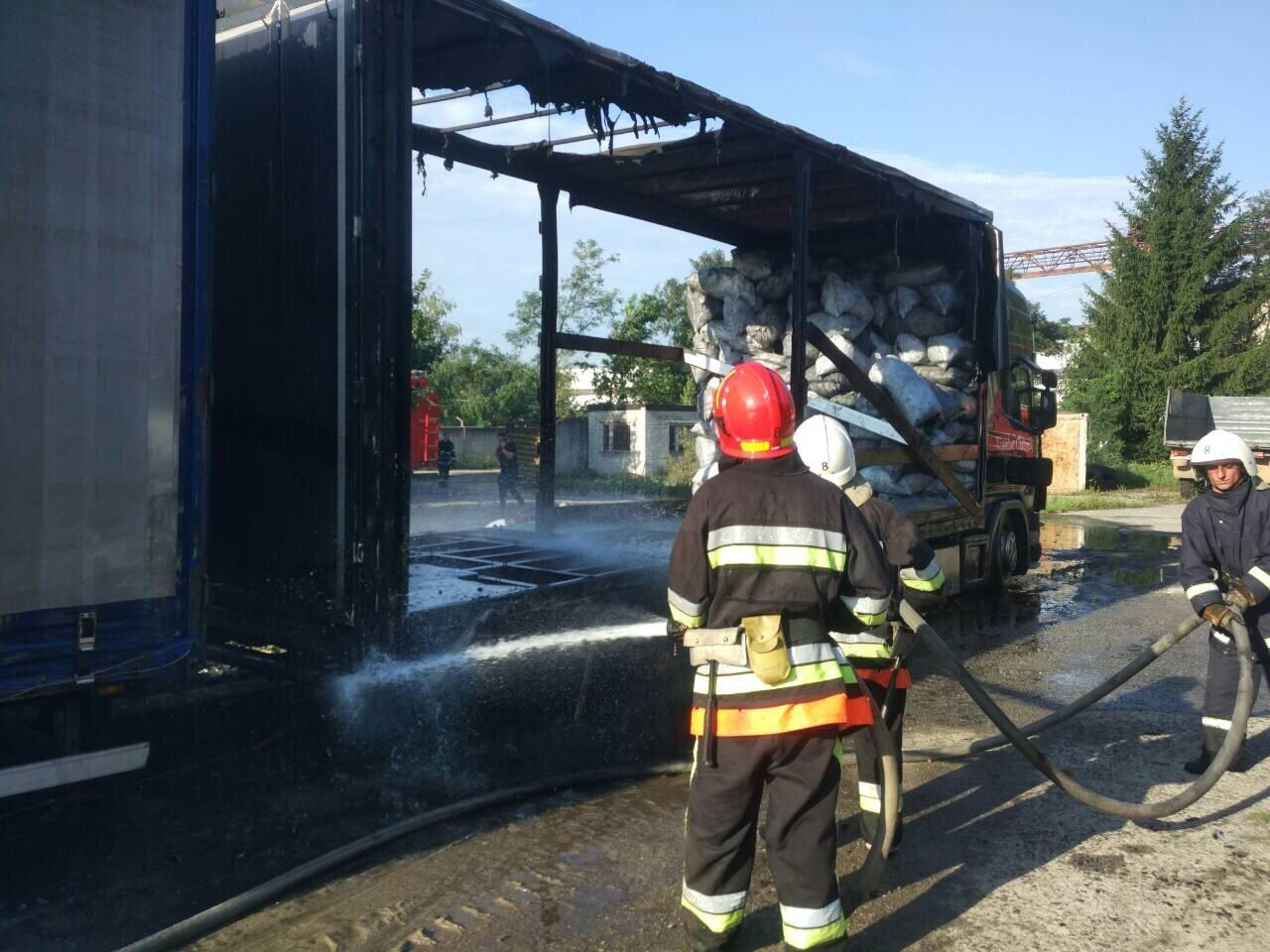 На Хмельниччині вогнеборці ліквідували пожежу причепу з вугіллям. ФОТО, фото-3