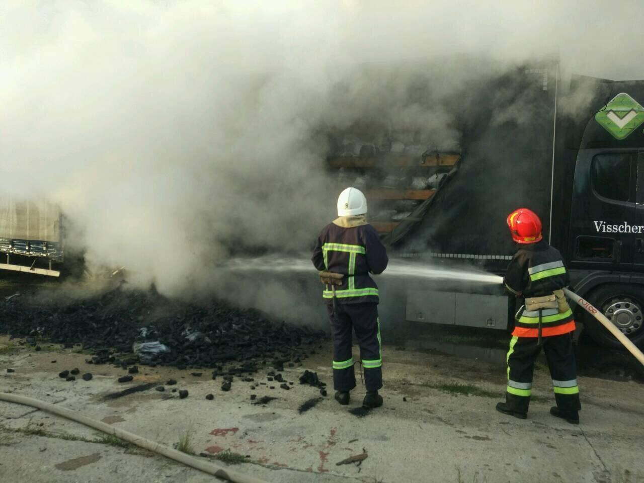 На Хмельниччині вогнеборці ліквідували пожежу причепу з вугіллям. ФОТО, фото-1