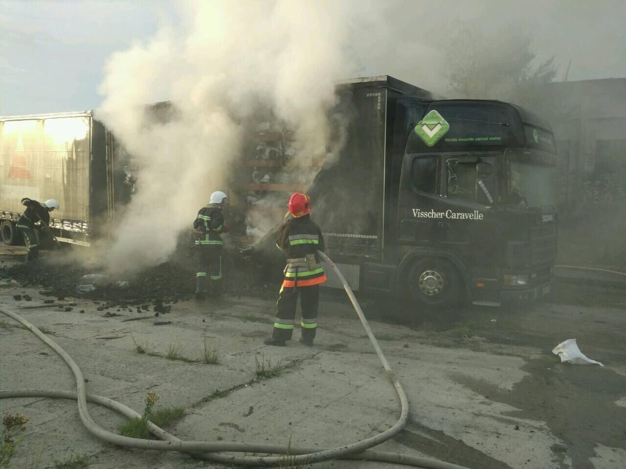 На Хмельниччині вогнеборці ліквідували пожежу причепу з вугіллям. ФОТО, фото-2