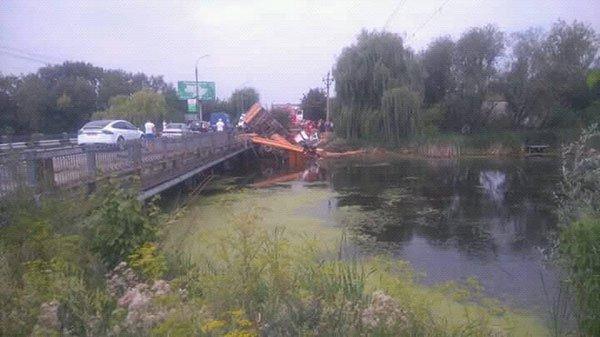 Вантажівка вилетіла з моста: опубліковані фото ДТП під Хмельницьким, фото-1