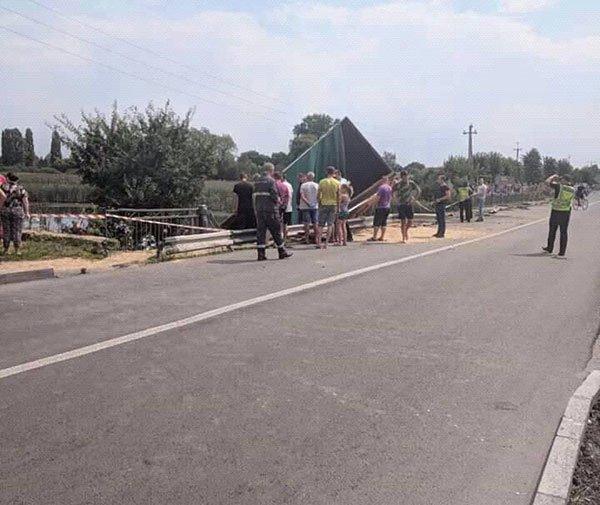 Вантажівка вилетіла з моста: опубліковані фото ДТП під Хмельницьким, фото-2