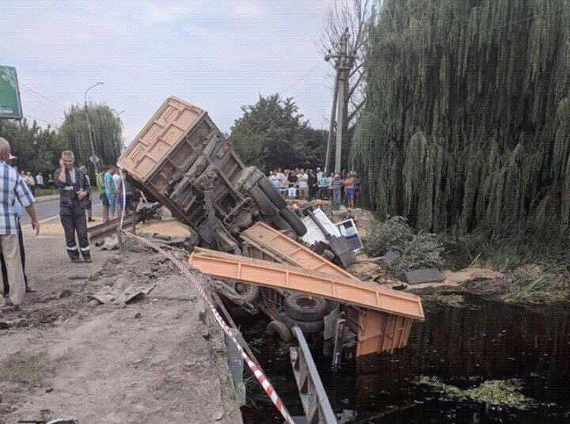 Вантажівка вилетіла з моста: опубліковані фото ДТП під Хмельницьким, фото-3