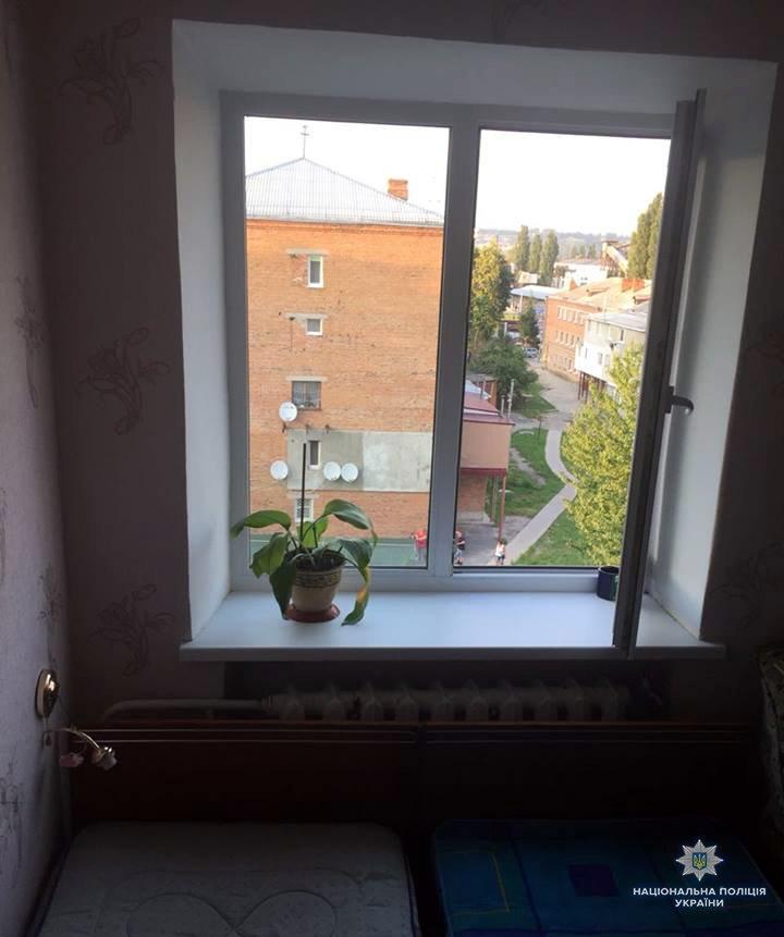 Батьківська недбалість: поліція з'ясовує обставини падіння дитини з вікна квартири, фото-1