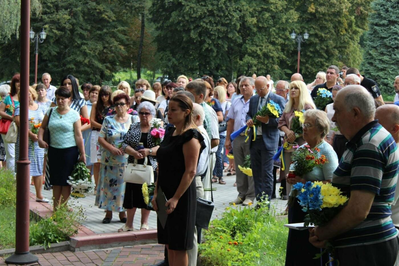 У Хмельницькому поклали квіти до пам'ятного знаку «Жертвам репресій». ФОТО, фото-1