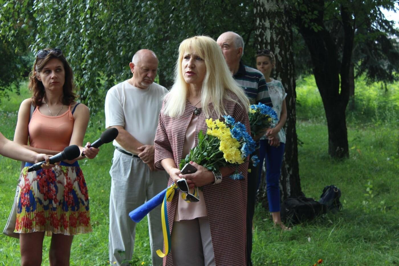 У Хмельницькому поклали квіти до пам'ятного знаку «Жертвам репресій». ФОТО, фото-3