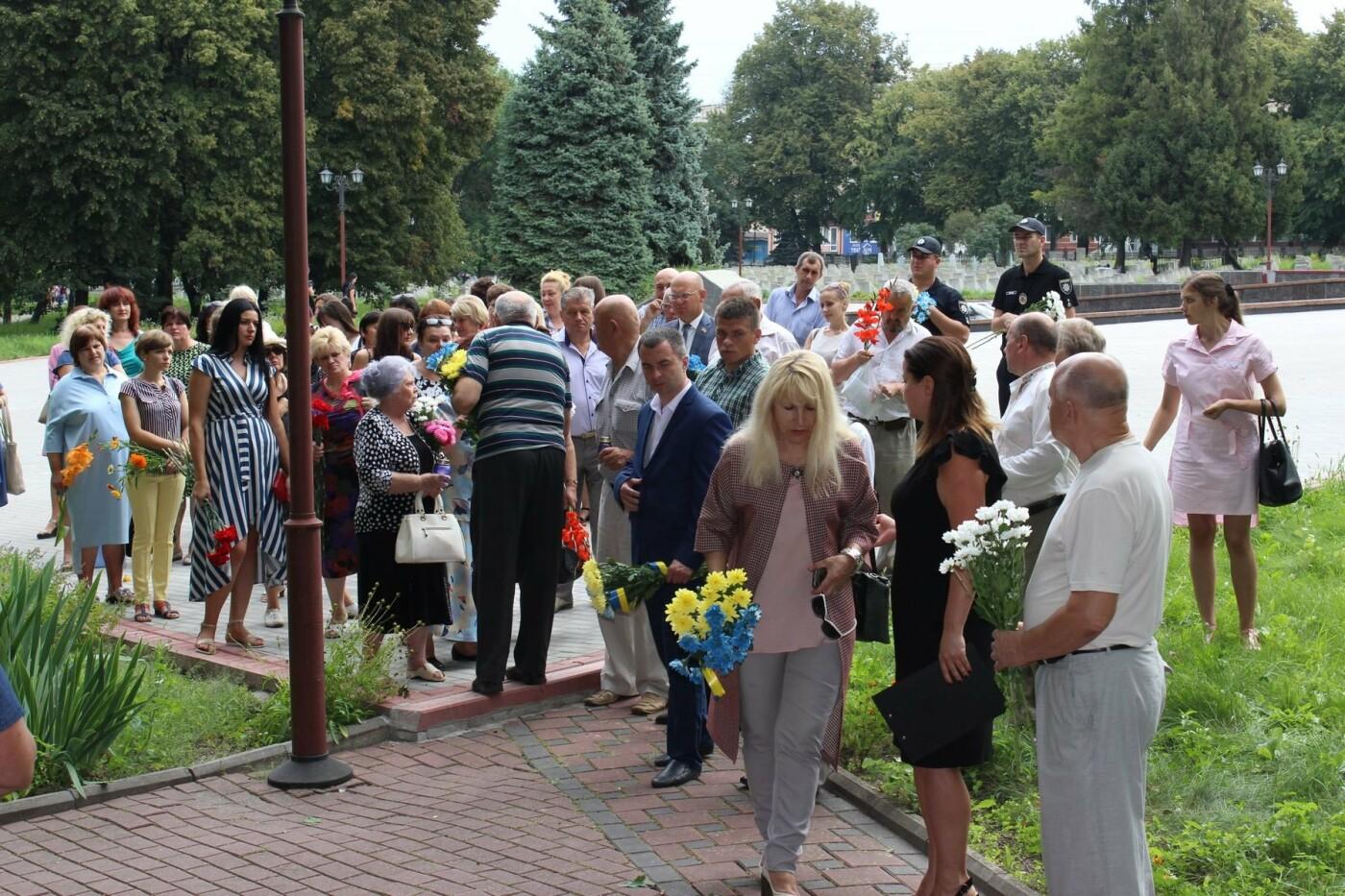 У Хмельницькому поклали квіти до пам'ятного знаку «Жертвам репресій». ФОТО, фото-11