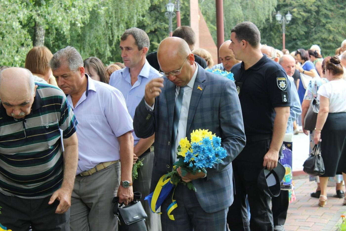 У Хмельницькому поклали квіти до пам'ятного знаку «Жертвам репресій». ФОТО, фото-2
