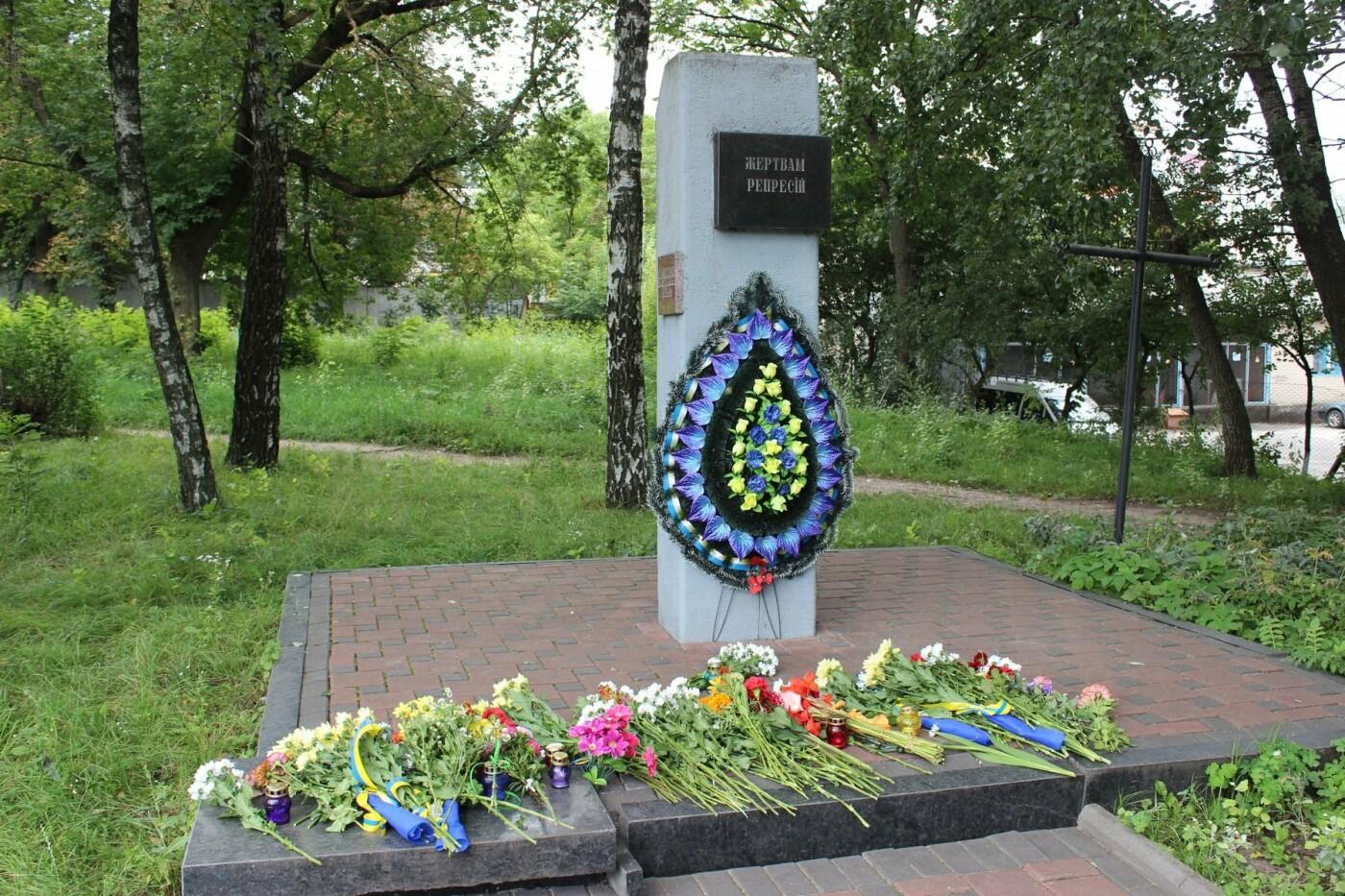 У Хмельницькому поклали квіти до пам'ятного знаку «Жертвам репресій». ФОТО, фото-10