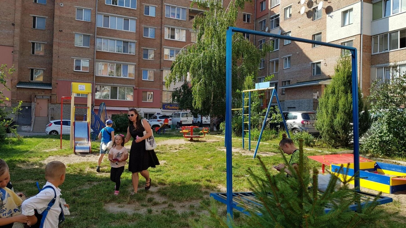 У  хмельницьких дворах активно з'являються дитячі та спортивні майданчики, фото-10