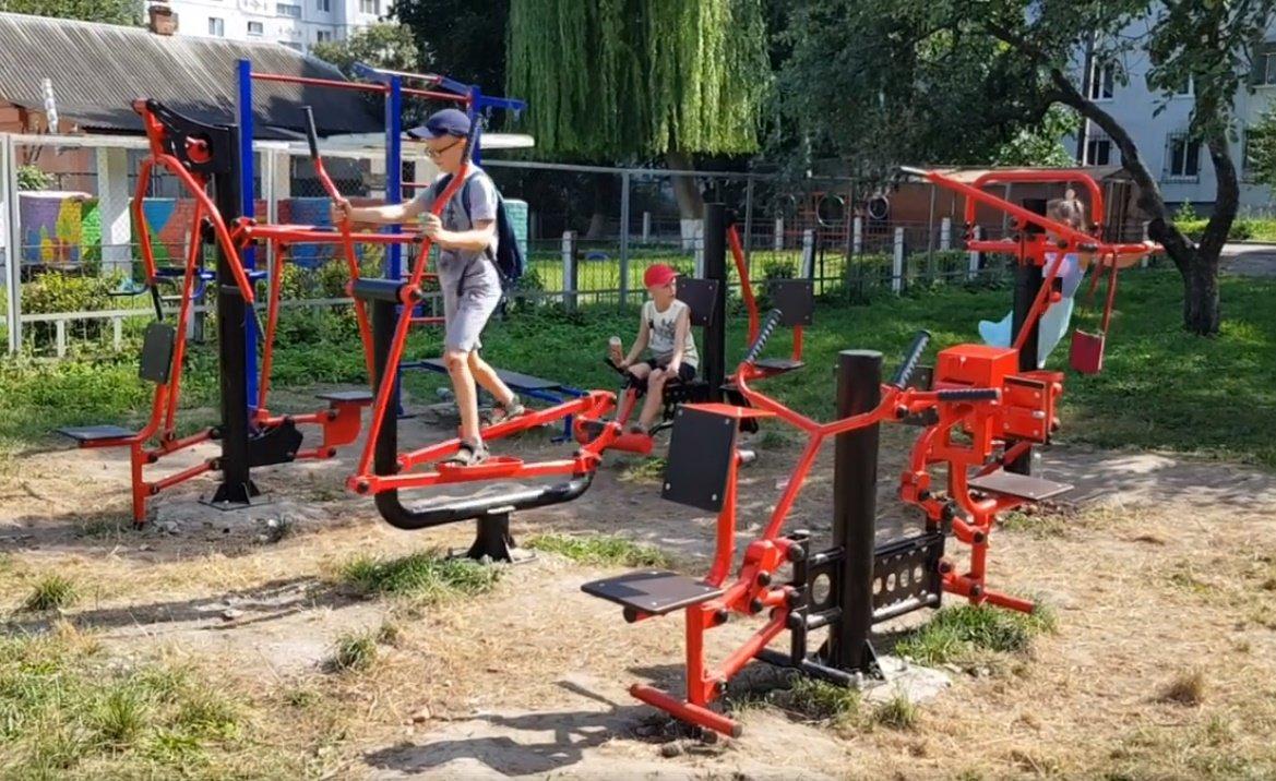 У  хмельницьких дворах активно з'являються дитячі та спортивні майданчики, фото-2