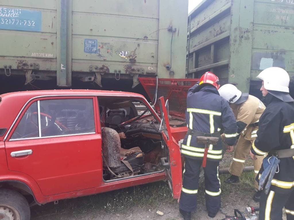 На Хмельниччині сталася смертельна ДТП: ВАЗ в'їхав у потяг. ФОТО, фото-1