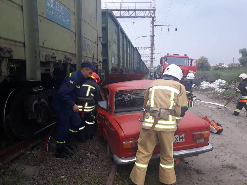 На Хмельниччині сталася смертельна ДТП: ВАЗ в'їхав у потяг. ФОТО, фото-2