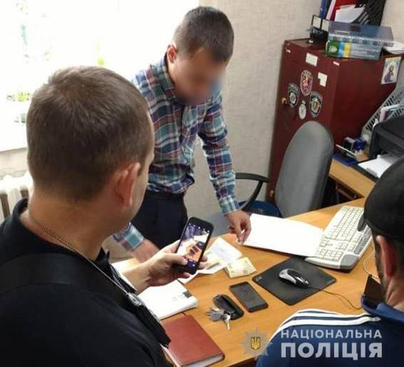 На Хмельниччині правоохоронцю дали хабар 200 доларів США, фото-1