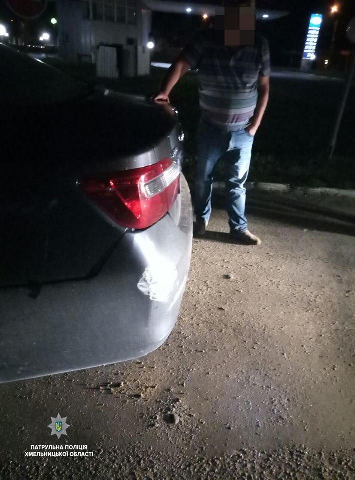 Хмельницькі патрульні відшукали п'яного водія Toyota: розбив Infiniti та втік, фото-1