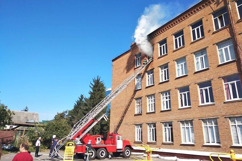500 людей евакуювали:  У Хмельницькому надзвичайники ліквідували пожежу в школі. ФОТО. ВІДЕО, фото-7