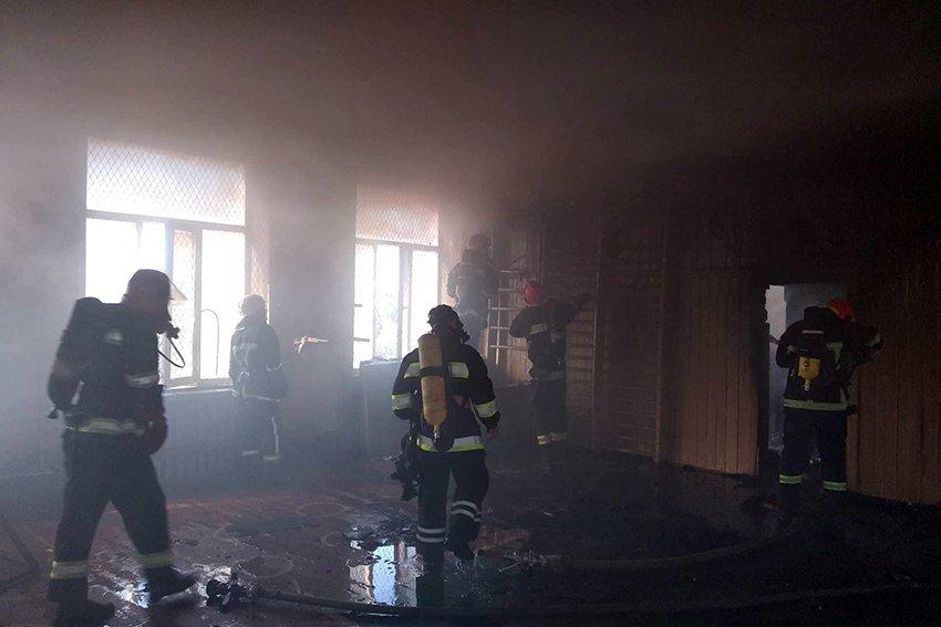 500 людей евакуювали:  У Хмельницькому надзвичайники ліквідували пожежу в школі. ФОТО. ВІДЕО, фото-1