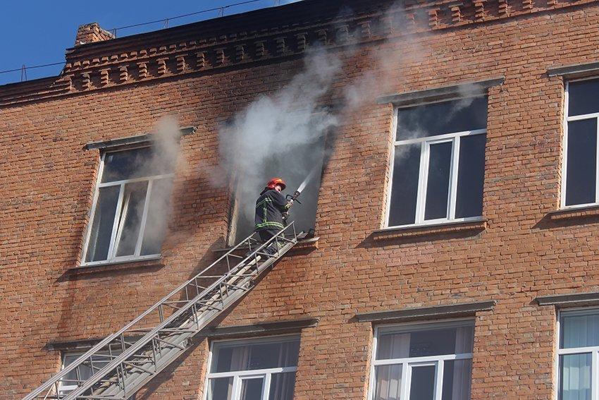 500 людей евакуювали:  У Хмельницькому надзвичайники ліквідували пожежу в школі. ФОТО. ВІДЕО, фото-9
