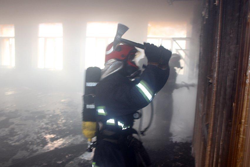 500 людей евакуювали:  У Хмельницькому надзвичайники ліквідували пожежу в школі. ФОТО. ВІДЕО, фото-2
