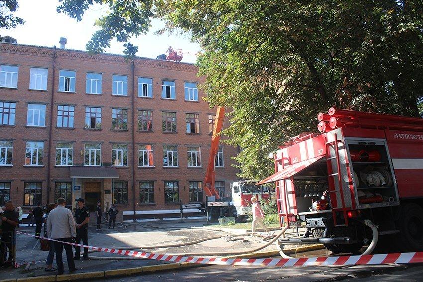 500 людей евакуювали:  У Хмельницькому надзвичайники ліквідували пожежу в школі. ФОТО. ВІДЕО, фото-11