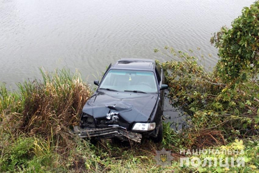На Хмельниччині нетверезий водій автомобіля опинився у ставі. ФОТО, фото-1