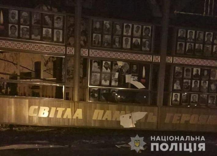 Хмельницькі поліцейські затримали чоловіка, що пошкодив меморіал на честь Героїв Небесної Сотні та воїнів АТО  , фото-1