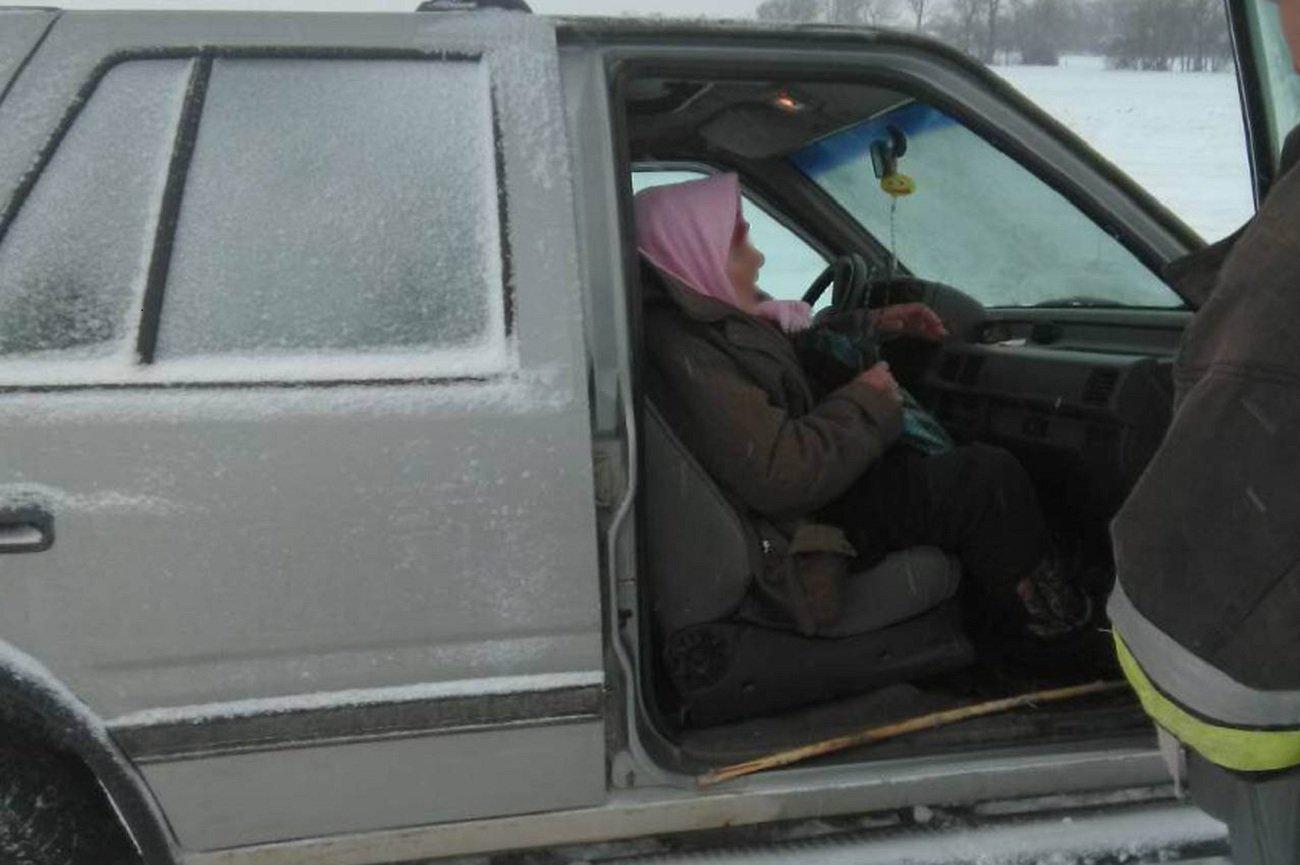 Через заметілі на Хмельниччині рятувальники допомогли швидкій та хворій жінці, фото-1