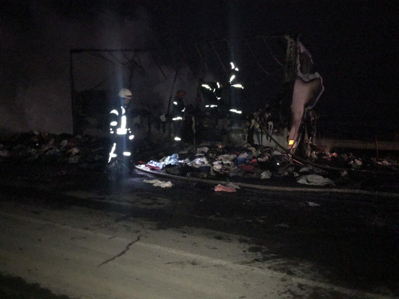 Хмельницький район: рятувальники ліквідували пожежу причепу із вживаним одягом, фото-1