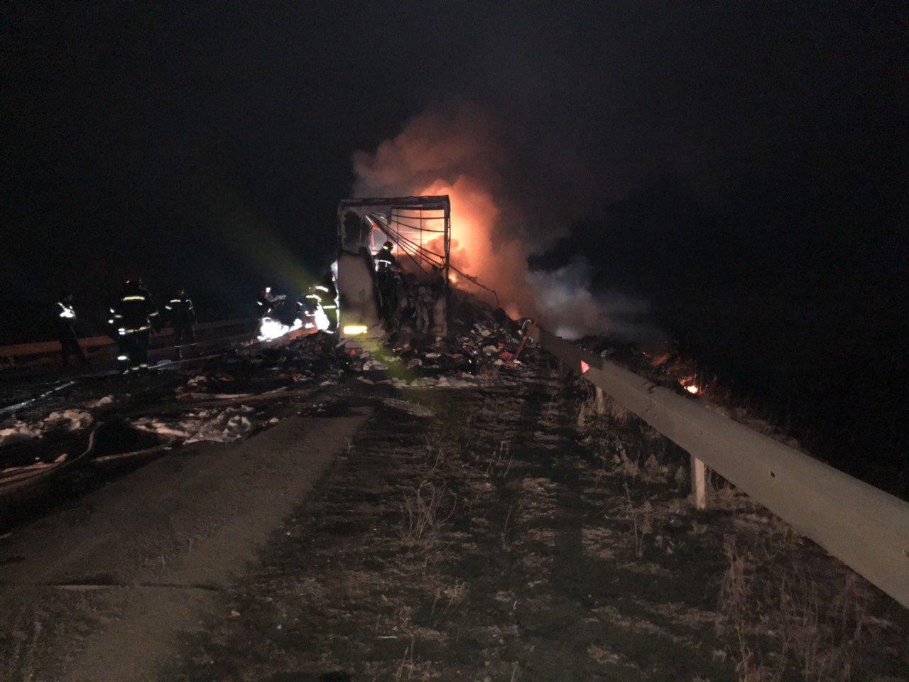 Хмельницький район: рятувальники ліквідували пожежу причепу із вживаним одягом, фото-2