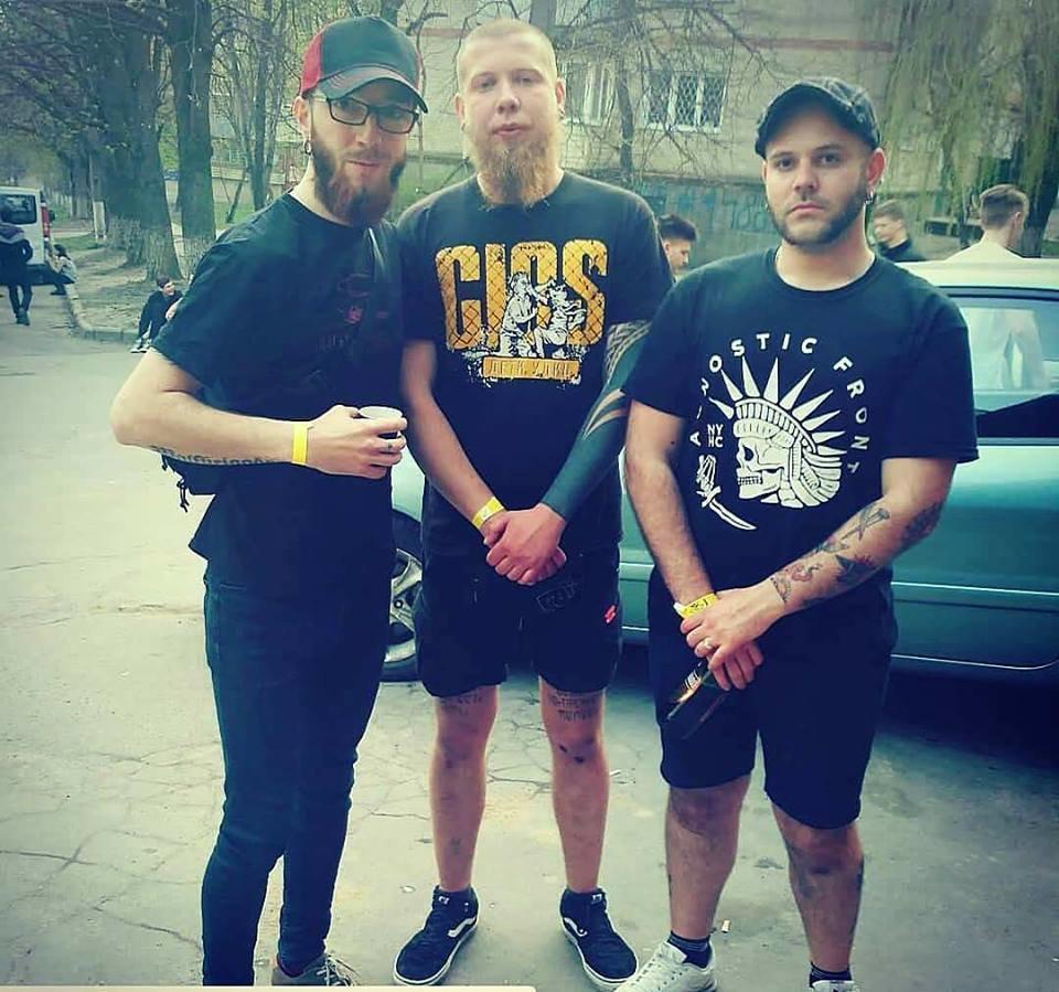 На фото Володимир посередині