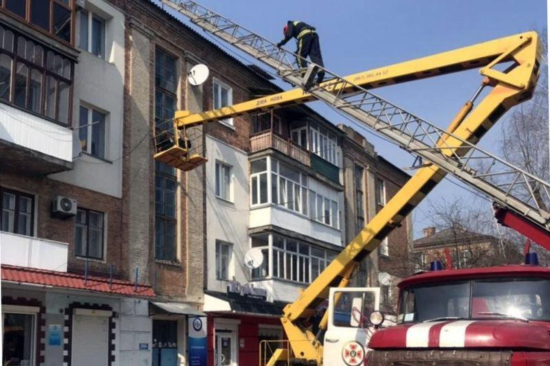 На Хмельниччині з даху будинку зняли чоловіка у напівсвідомому стані, фото-1