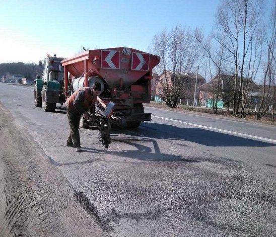 За тиждень на дорогах Хмельниччини залатали тисячі вибоїн, фото-1