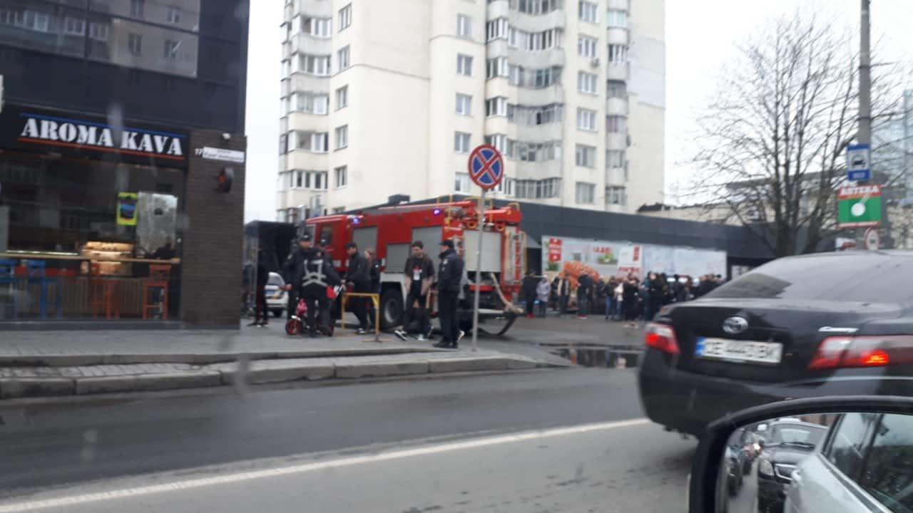 У  Хмельницькому знову повідомили про замінування розважального центру (фото, відео), фото-1