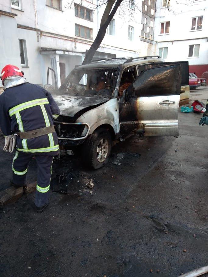 У Хмельницькому на проспекті Миру згоріло дороге авто (фото), фото-1