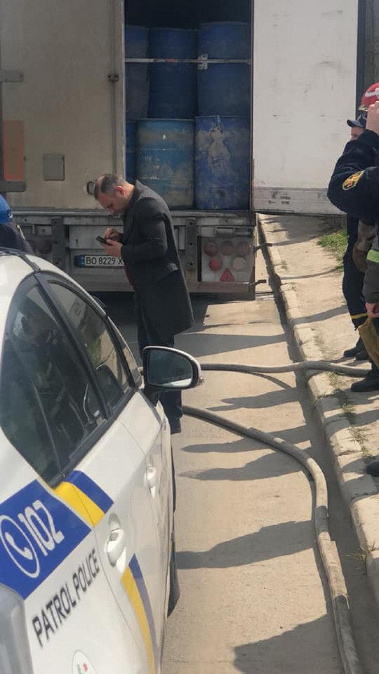 """Інспектори Укртрансбезпеки Хмельниччини виявили бочки з """"лівим"""" спиртом у вантажівці, фото-1"""