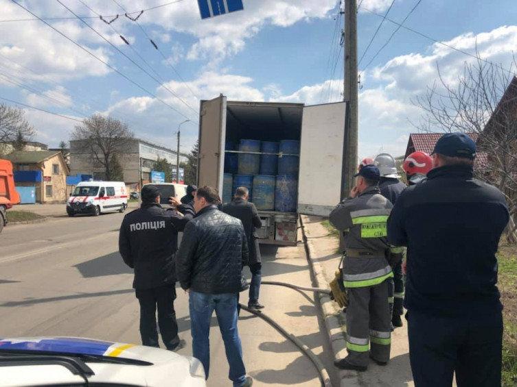 """Інспектори Укртрансбезпеки Хмельниччини виявили бочки з """"лівим"""" спиртом у вантажівці, фото-2"""