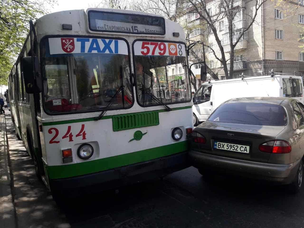 У Хмельницькому затор: біля філармонії сталася ДТП за участі тролейбуса, фото-1