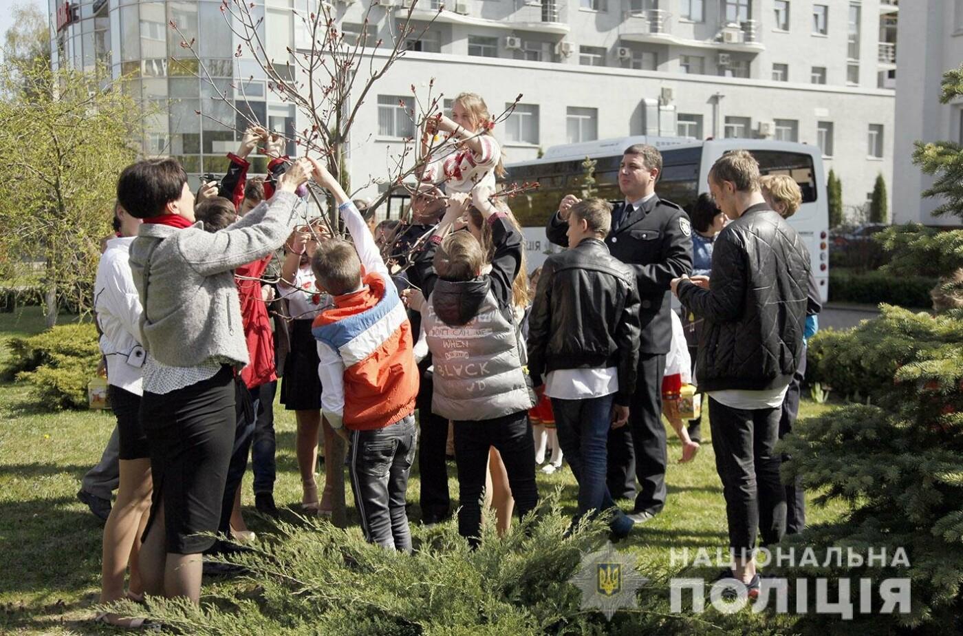 На подвір'ї Головного управління Нацполіції в Хмельницькій області з'явилось великоднє дерево (фото, відео), фото-1