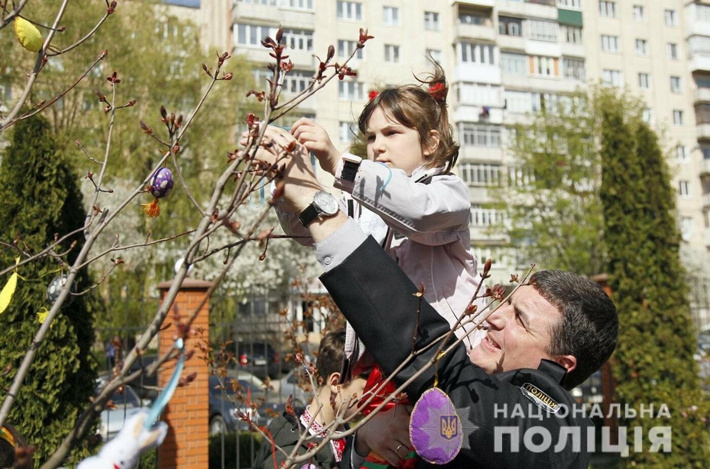 На подвір'ї Головного управління Нацполіції в Хмельницькій області з'явилось великоднє дерево (фото, відео), фото-3