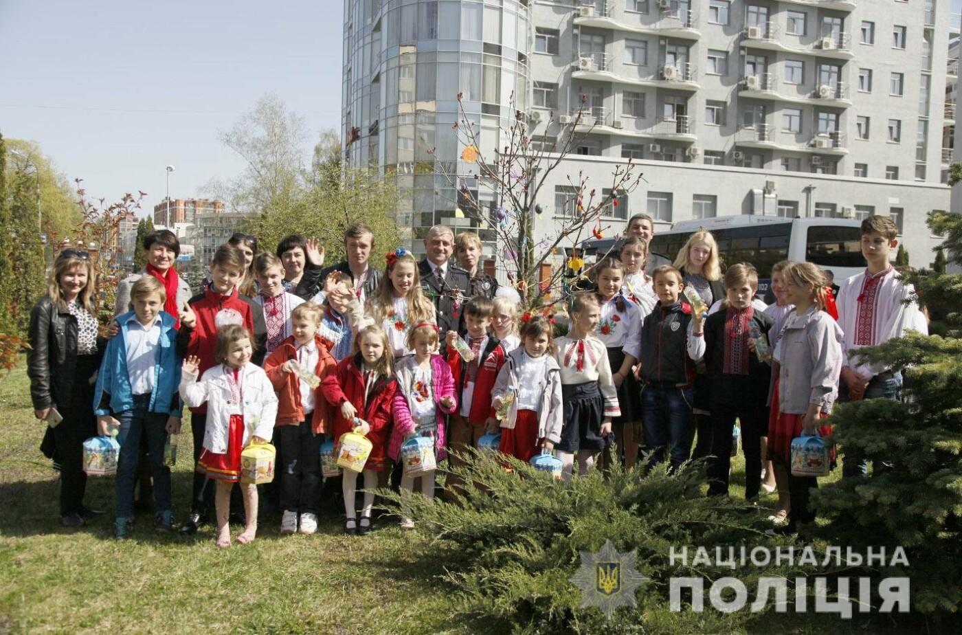 На подвір'ї Головного управління Нацполіції в Хмельницькій області з'явилось великоднє дерево (фото, відео), фото-10