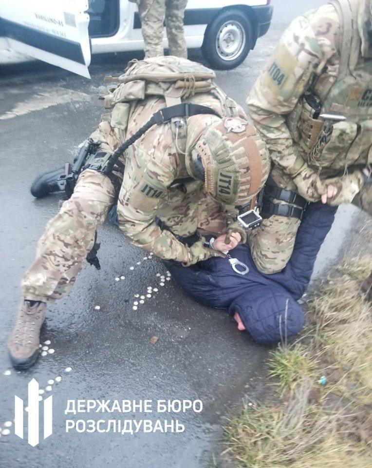 Викрадення та збут зброї військовослужбовцем — Хмельницьке ДБР, фото-1