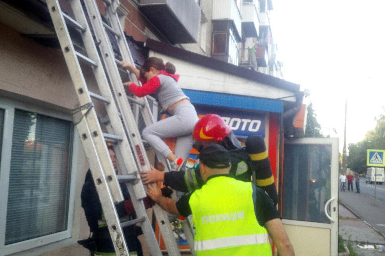 У Хмельницькому під час пожежі в багатоповерхівці евакуювали 23 людини, фото-8