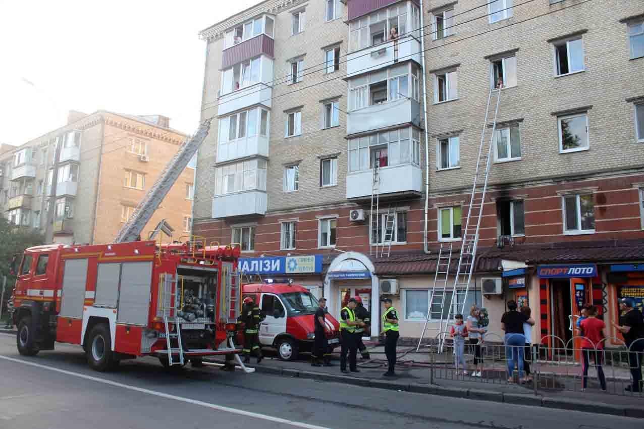У Хмельницькому під час пожежі в багатоповерхівці евакуювали 23 людини, фото-7