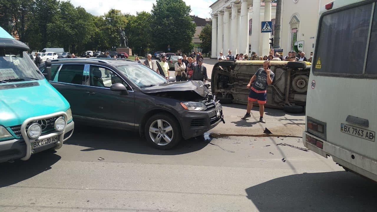 В центральній частині Хмельницького затори: на перехресті не розминулися автомобілі, фото-4