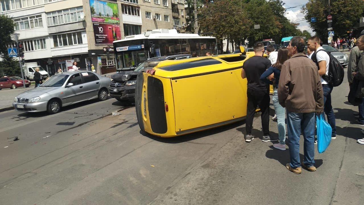 В центральній частині Хмельницького затори: на перехресті не розминулися автомобілі, фото-1